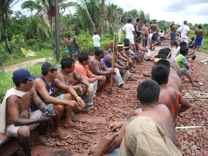 Seven indigenous people of Maranhão interditam the Carajás railroad. The stretch of track blocked passes through the village Maçaranduba, indigenous land-REE (photo: Justice on the tracks).